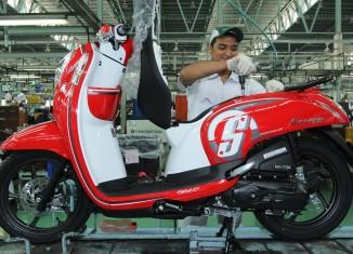 Karyawan AHM melakukan perakitan New Honda Scoopy eSP di pabrik AHM Cikarang, Jawa Barat. Penjualan Honda Scoopy tumbuh sebesar 8,5% dengan angka penjualan 125.697 unit, dibandingkan dengan periode yang sama pada 2014 yang hanya 115.849 unit.