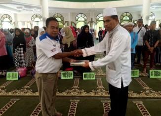 Penyerahan Simbolis Al Qur'an dari Perwakilan PT Trio Motor kepada Perwakilan Mesjid Al Mukaram Kapuas