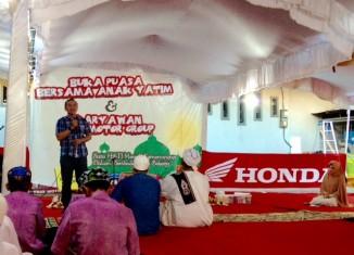 Antonius Silitonga selaku GM Marketing PT Trio Motor saat memberikan sambutan pada kegiatan Buka Puasa Bersama Anak Yatim dan Karyawan Trio Motor Group