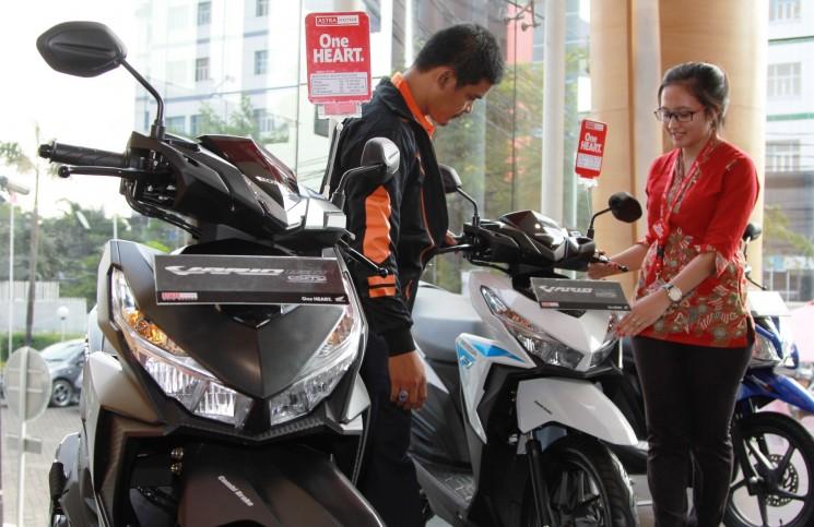 Sales Honda menjelaskan teknologi sepeda motor Honda Vario 125 eSP kepada konsumen. Berdasarkan data AISI, sepeda motor Honda menggenggam 62,9% pangsa pasar dengan dengan total penjualan 361.767 unit di bulan Juni.
