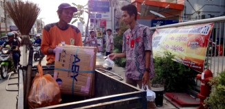 Karyawan Dealer Trio Motor Perintis membagikan takjil untuk petugas kebersihan