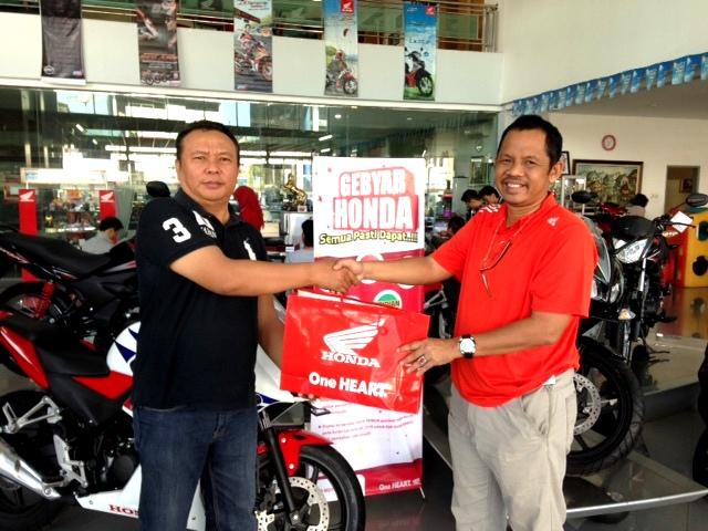 Penyerahan bantuan sepeda motor Honda dan special tool dari Kukuh Santosa selaku Manager Pajak PT Trio Motor kepada H Sukhrowardi selaku perwakilan Badan Pelatihan SIIP Collage