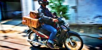 TIPS AMAN MEMBAWA BARANG MENGGUNAKAN MOTOR