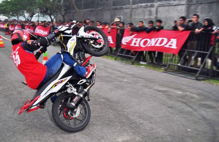 Ratusan Biker Ikuti Kompetisi Gymkhana Buktikan Kelincahan New Honda Sonic 150R
