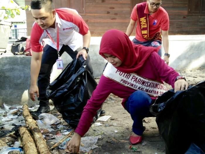 Aksi Bersih-Bersih Trio Motor dan Duta Wisata Banjarmasin