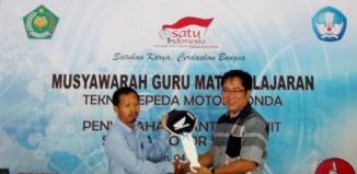Honda Serahkan Bantuan Sepeda Motor untuk SMK Binaan
