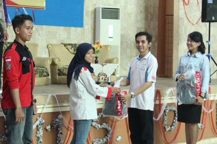 Taufiqurrahman Ghazali saat memberikan souvenir kepada beberapa mahasiswa Politeknik Negeri Banjarmasin