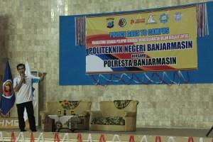 Taufiqurrahman Ghazali saat memberikan materi Safety Riding di Politeknik Negeri Banjarmasin