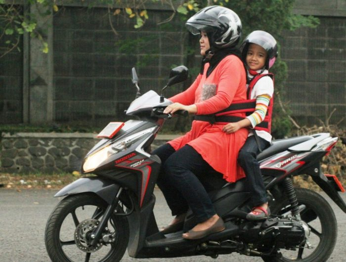 Jangan Bonceng Anak di Jok Depan Sepeda Motor!