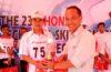 Penyerahan Hadiah Kepada Pemenang Kontes Mekanik oleh Rahmadi selaku Technical Service Department PT Trio Motor