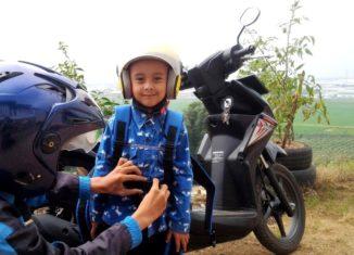 Hari Pertama Sekolah Anak Diantar Orangtua, Ini ManfaatnyaAsiknya Mengantar Anak ke Sekolah di Hari Pertama dengan Sepeda Motor Kesayangan