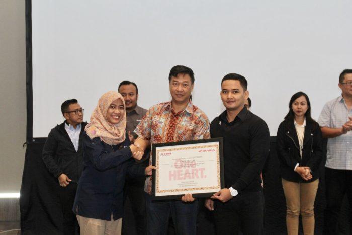 Trio Motor Terima Penghargaan Public Relation Award 2017
