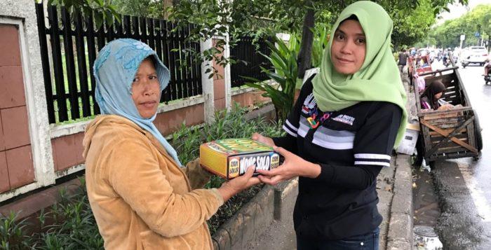 Karyawan Trio Motor Bagikan Paket Makanan Berbuka Puasa