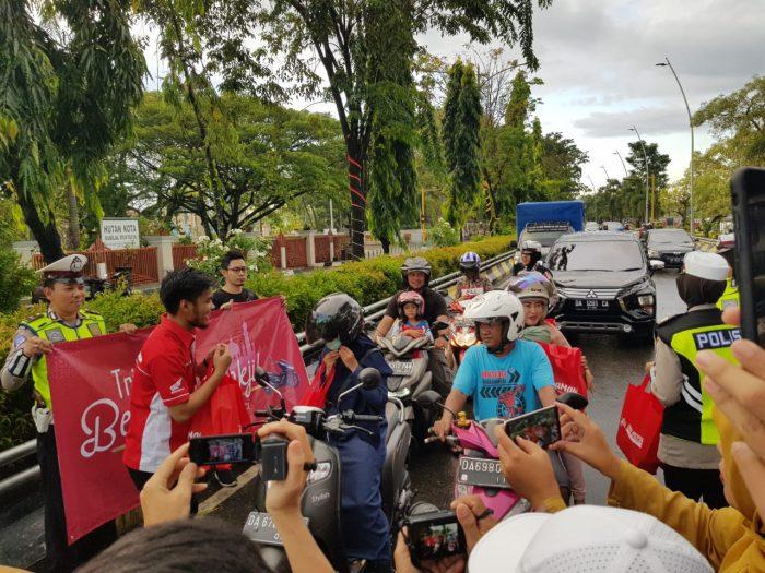 Trio Motor dan Satlantas Polresta Banjarmasin, Bagi-Bagi Takjil dan Kampanyekan #Cari_Aman Berkendara
