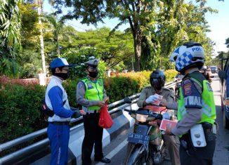 Jelang PSBB, Trio Motor Bagikan Hand Sanitizer dan Himbau Pengendara Tertib Aturan